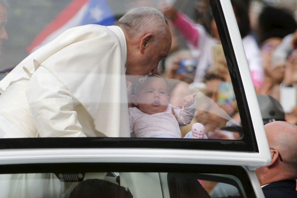 Distintos bebés recibieron un beso del pontífice Foto:AFP. Imagen Por: