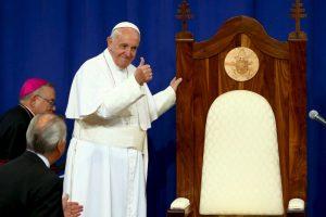 A su llegada el papa agradeció por su silla. Foto:AFP. Imagen Por: