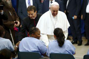 Luego de un discurso inspirador el Papa se acerco a saludar a los presos Foto:AFP. Imagen Por: