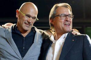 El presidente catalán, Artur Mas (derecha), y el cabeza de lista de Junts pel Sí, Raül Romeva, durante la celebración Foto:Efe. Imagen Por: