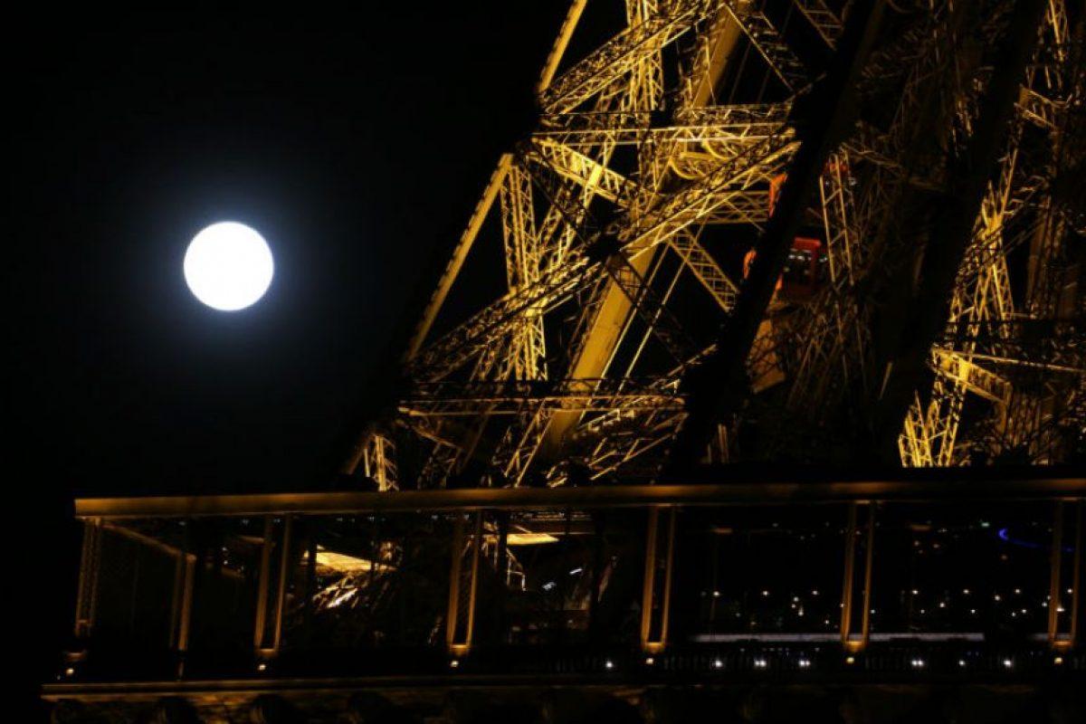 En París, la Torre Eiffel fue testigo del fenómeno Foto:AFP. Imagen Por: