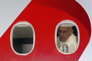 Cerca de las ocho tiempo del este el Papa comenzó su viaje de regreso a Roma. Foto:AFP. Imagen Por:
