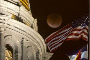 En Colorados la luna también se presentó frente al Capitolio. Foto:AFP. Imagen Por:
