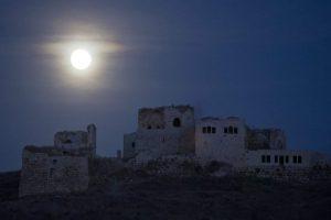 La luna llena que se ve sobre la fortaleza de Antípatris en el Parque Nacional de Tel Afek cerca de Rosh Haayin, Israel. Foto:EFE. Imagen Por: