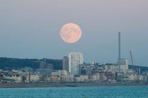 Vista de la super luna sobre Brighton, Gran Bretaña. Foto:EFE. Imagen Por: