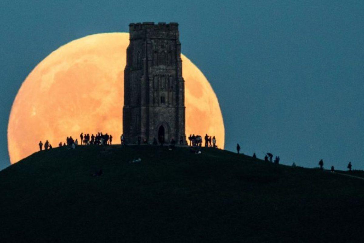 La Superluna se levanta detrás de Glastonbury Tor, Inglaterra. Este fenómeno es particularmente raro, ya que coincide con un eclipse lunar, una combinación que no ha ocurrido desde 1982 y no sucederá otra vez hasta 2033. Foto:GETTY IMAGES. Imagen Por: