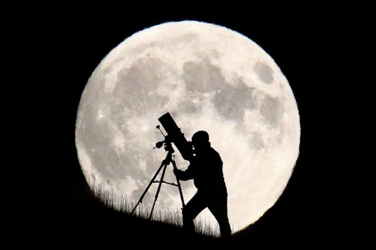 Un astrónomo por delante de la superluna en Brighton, Inglaterra. Foto:GETTY IMAGES. Imagen Por: