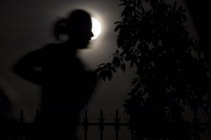Una persona corre por Central Park en Nueva York mientras ocurre el eclipse lunar. Foto:EFE. Imagen Por: