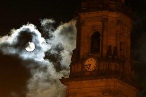 La superluna vista desde el cerro de Monserrate en Bogotá (Colombia). Foto:EFE. Imagen Por: