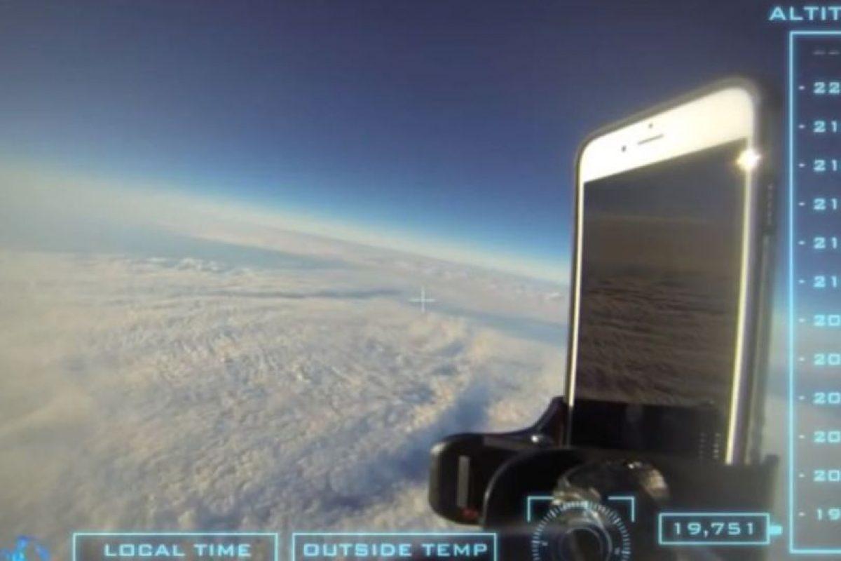 El dispositivo fue dejado caer desde una altitud superior a los 30 mil kilómetros de altura. Foto:vía Urban Armor Gear Inc.. Imagen Por: