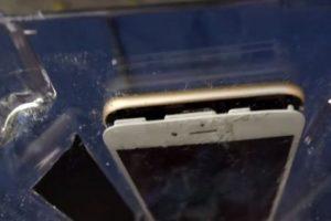 La pantalla se separó del resto del iPhone 6 con el impacto de las aspas de la licuadora. Foto:vía FullMag. Imagen Por: