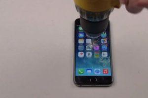 iPhone 6 Plus contra un taladro. Foto:vía FullMag. Imagen Por: