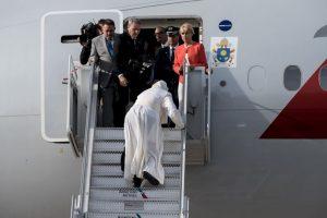 Para reducir la incomodidad el pontífice recibe fisoterapia, sin embargo durante los viajes largos la suspende. Foto:Getty Images. Imagen Por: