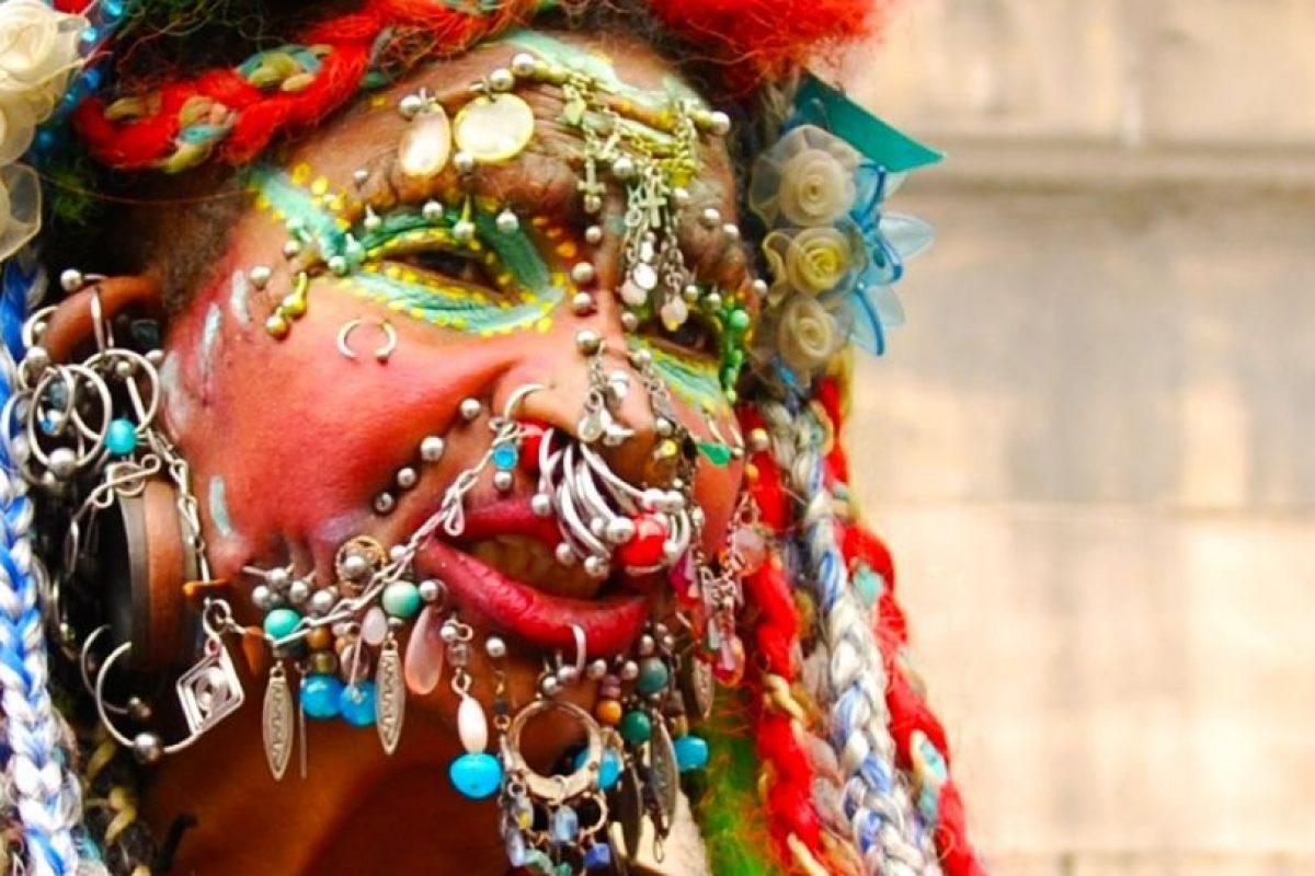 Esta brasileña que actualmente recide en Edimburgo, Escocia, carga más de 31 kilogramos en joyas. Tiene casi cuatro mil perforaciones. Foto:Wikimedia. Imagen Por: