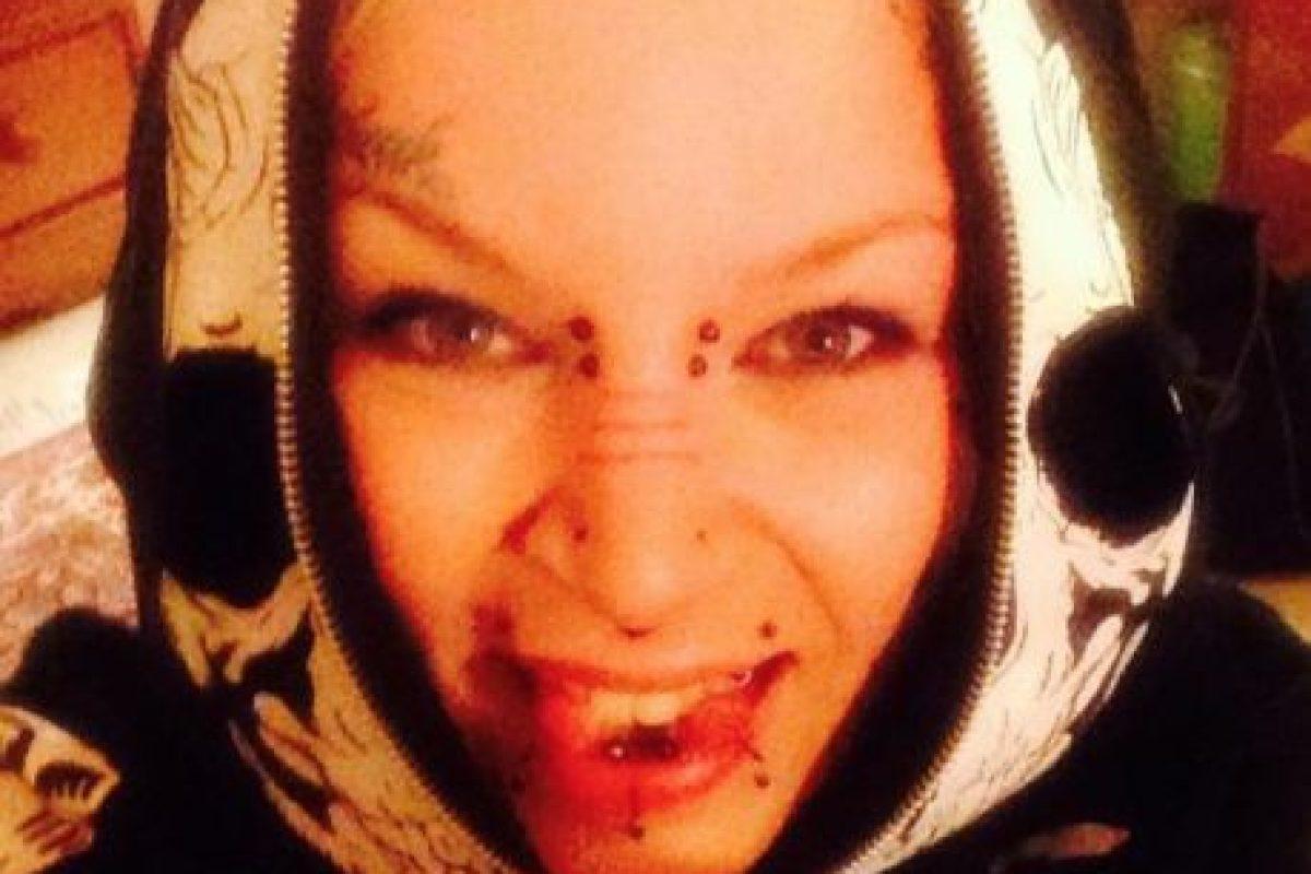 Esta mujer de londres tiene una lengua bífida e inumerables tatuajes además de perforaciones. Foto:Vía Facebook.com/torz.reynolds. Imagen Por: