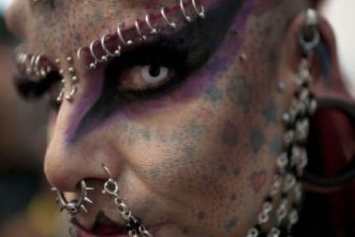 """Es mexicana y se implantó colmillos y """"cuernos"""" de titanio que fueron insertados quirúrgicamente en su cráneo. Foto:Sploid. Imagen Por:"""