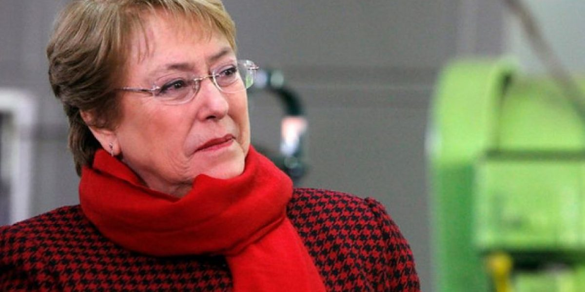 Bachelet retorna a Chile y le celebran cumpleaños en pleno vuelo