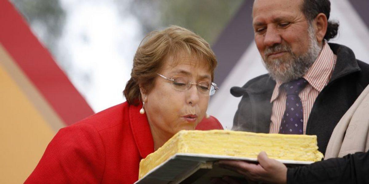 Ministros celebran cumpleaños de Bachelet con cantos y regalos