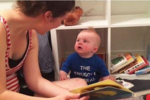Para todos resulta normal ver llorar a los bebés cuando se les retiran sus juguetes, sin embargo, no es nada común que un pequeño de 10 meses de edad llore desgarradoramente cuando sus padres terminan de leerle libros, tal como sucede con Emmett. Foto:Vía Youtube. Imagen Por: