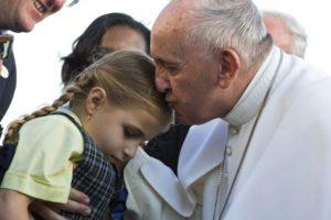 El pontífice no paró de reír al ver a la pequeña y pidió que se la llevaran hasta el papamóvil, reseñó el medio británico Daily Mail. Foto:Getty Images. Imagen Por: