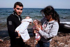 Sus padres solo tenían papel metálico y pocas cobijas para mantenerlos calientes en el viaje Foto:AFP. Imagen Por: