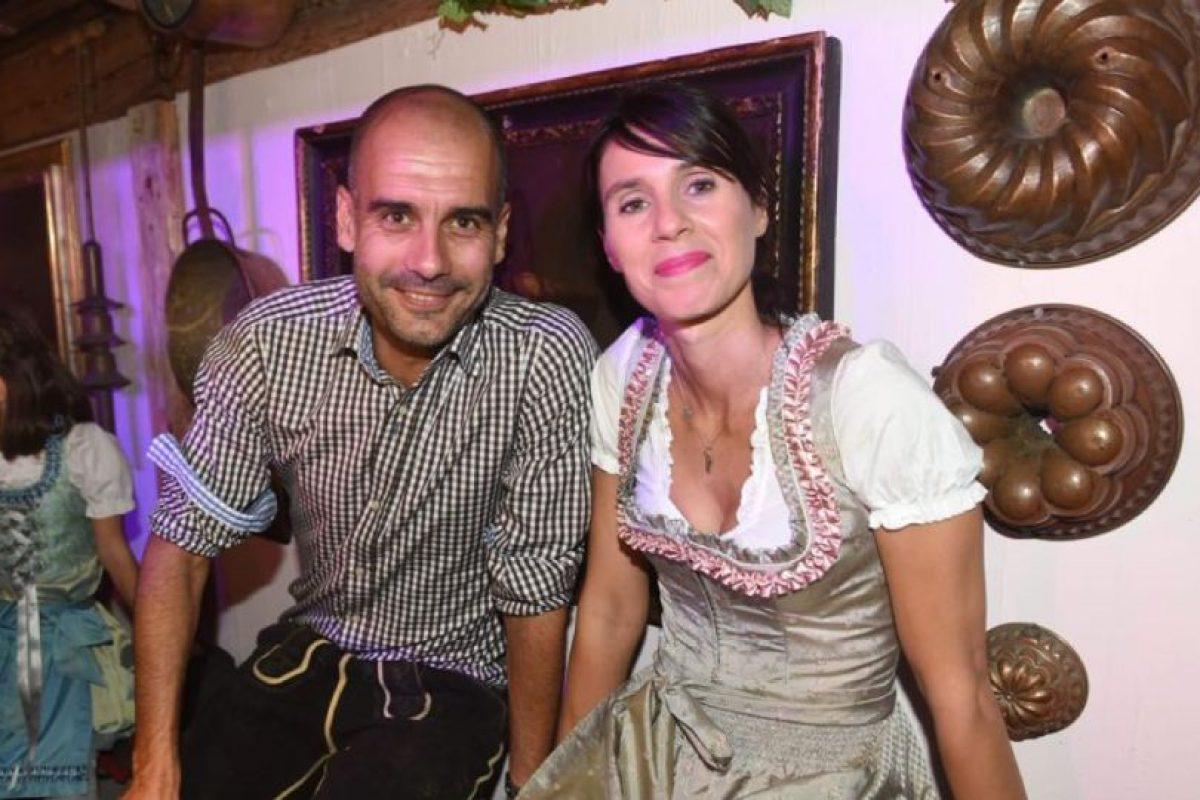 Josep Guardiola y su mujer Cristina Serra Foto:Twitter. Imagen Por: