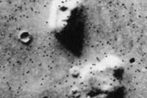 La cara en una colina. En 1976 la sonda 'Viking 1' tomó imágenes de lo que parecía una cara. Foto:Foto reproducida. Imagen Por: