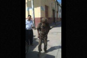 """Habitantes de un pueblo regalan un """"cambio de imagen"""" a un indigente Foto:facebook.com/municipalidaddeferrenafe. Imagen Por:"""