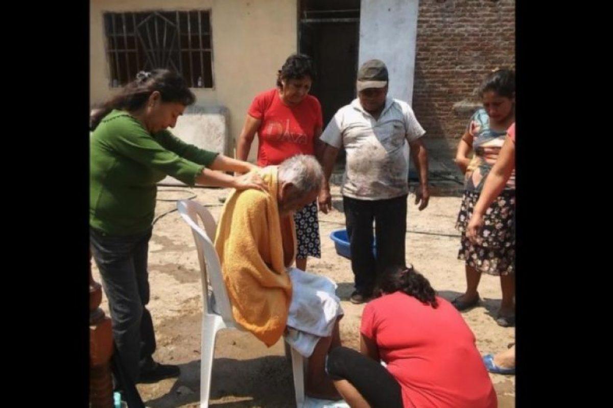 Miembros del municipio Ferreñafe, al norte de Perú decidieron hacer una buena acción por un indigente. Foto:facebook.com/municipalidaddeferrenafe. Imagen Por: