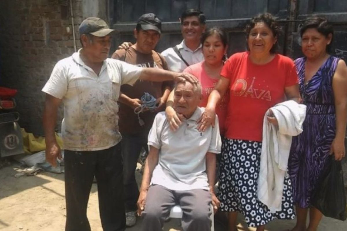 Los pobladores tuvieron la iniciativa de bañarlo, afeitarlo, hacerle un nuevo corte de cabello y vestirlo con otra ropa. Foto:facebook.com/municipalidaddeferrenafe. Imagen Por:
