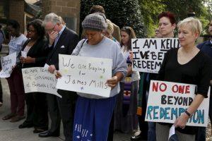 Afuera de la cárcel, hubo manifestaciones en su favor, pidiendo rechazar la pena de muerte Foto:AP. Imagen Por: