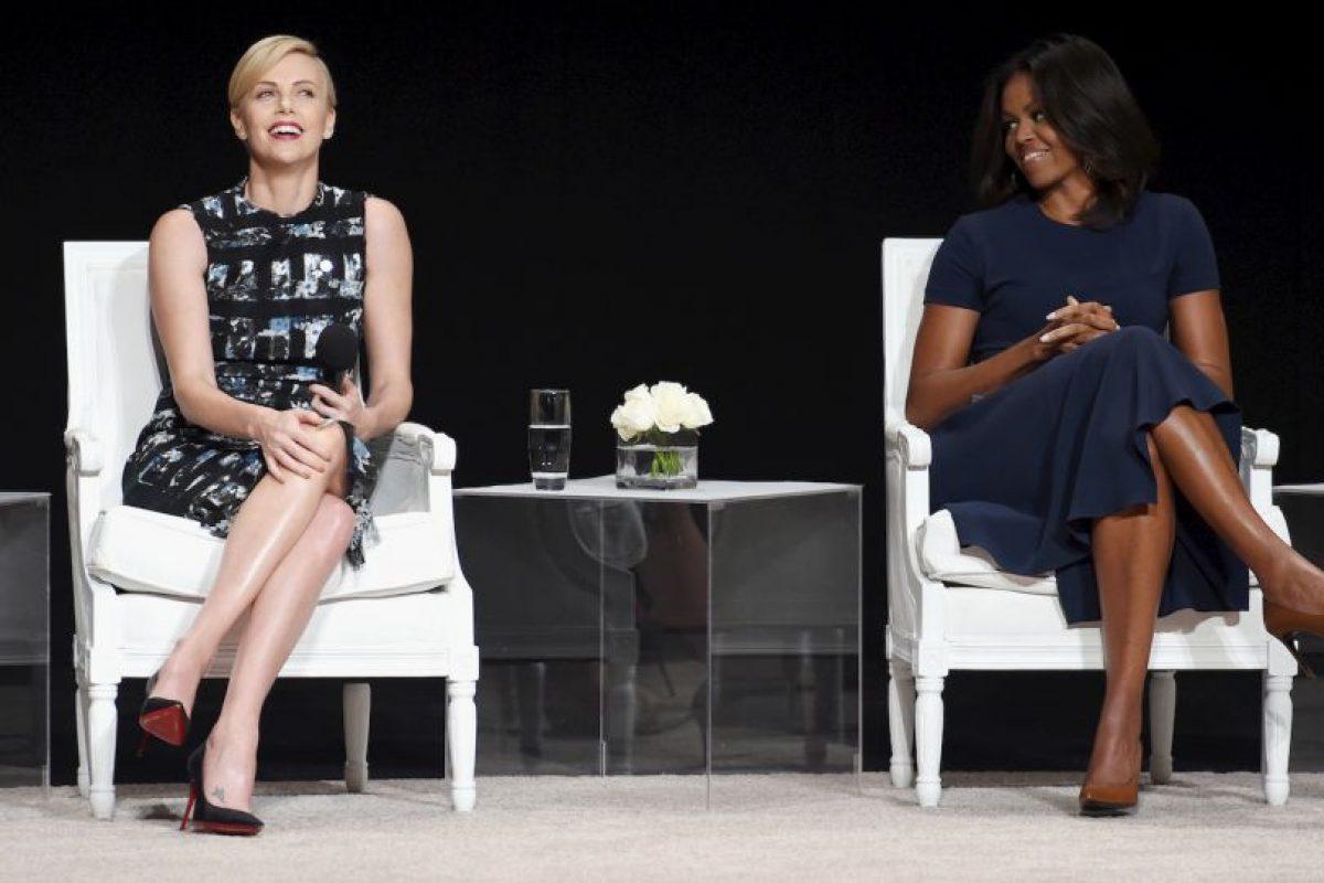 """Charlize Theron y la primera dama Michelle Obama durante el panel """"El poder de una niña educada"""". Foto:Getty Images. Imagen Por:"""
