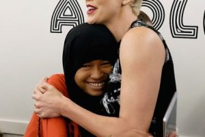 La actriz y fundadora de la organización Charlize Theron Africa Outreach Project junto con la embajadora de Plan International, Nurfahada. Foto: Getty Images. Imagen Por: