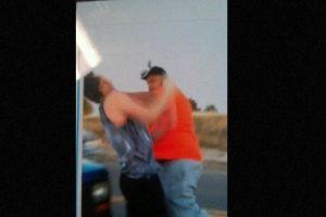 Steven Paula, de 43 años, fue arrestado en Colorado, Estados Unidos, por un cargo de asalto en tercer grado en contra de Mason Deal, de 18 años. El momento fue filmado por la novia de este último y lo subió a Snapchat. Foto:vía Twitter. Imagen Por: