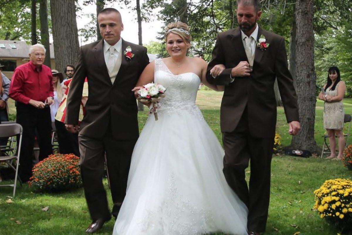 Por esa decisión el padre y el padrastro pudieron acompañar hasta al altar a su hija Foto:Vía facebook.com/DeliaDBlackburnPhotography. Imagen Por:
