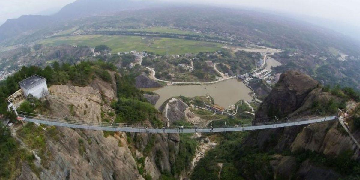 China abre un terrorífico puente con piso de cristal sobre un precipicio
