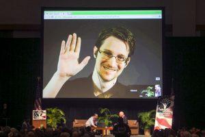 Por haber revelado información confidencial de las agencias algunos lo califican de traidor y otros de héroe Foto:AP. Imagen Por: