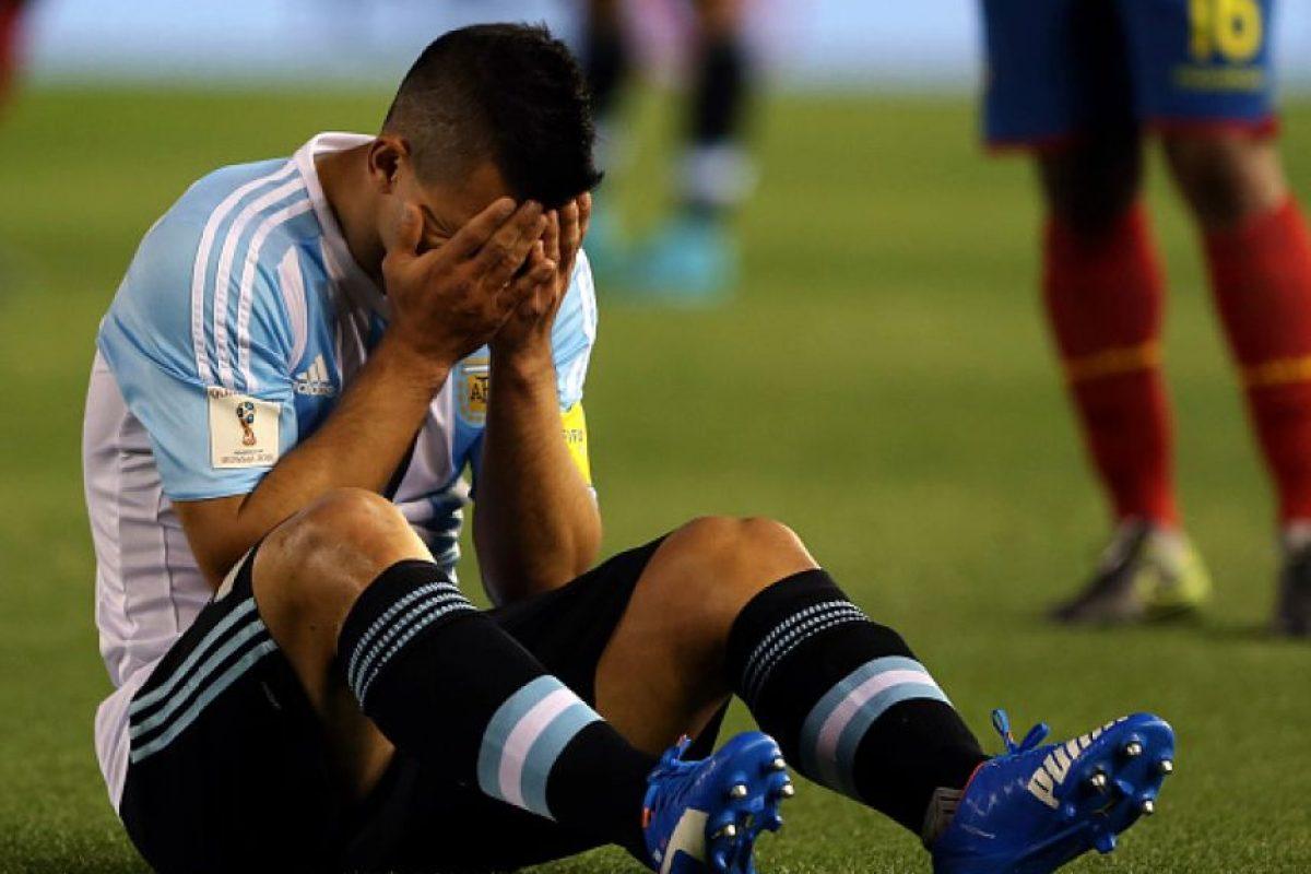 """El """"Kun"""" se fue lesionado al minuto 23′ del duelo entre Argentina y Ecuador y tuvo que ser reemplazado por Carlos Tévez. El saldo: desgarro en el bíceps femoral de la pierna izquierda. Foto:Getty Images. Imagen Por:"""