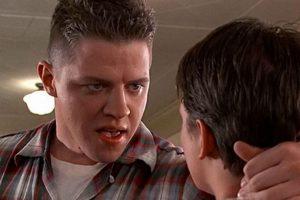 """Le dio vida al abusivo """"Biff Tannen"""" de la escuela, que siempre termina con grandes cantidades de estiércol en su auto. Foto:IMDB. Imagen Por:"""