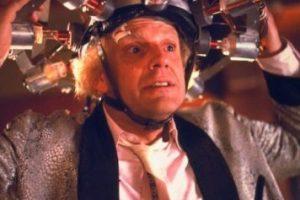 """Interpretó al """"Dr. Emmet Brown"""", quien inventó la máquina del tiempo luego de golpearse la cabeza con el inodoro y alucinar el diseño del condensador de flujo Foto:IMDB. Imagen Por:"""