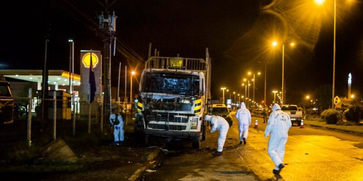 Temuco: desconocidos quemaron camión con bombas Molotov