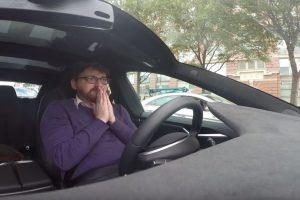 Las reacciones del pasajero son de asombro y susto. Foto:Jalopnik/YouTube. Imagen Por: