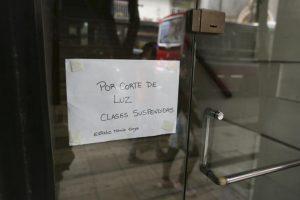 Un cartel anuncia la suspensión de las clases en un centro educativo. Foto:Efe. Imagen Por: