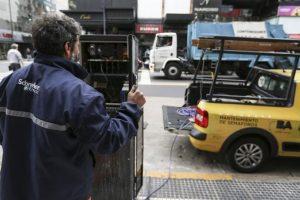 Un técnico intenta reparar un semáforo en el barrio de Recoleta. Foto:Efe. Imagen Por: