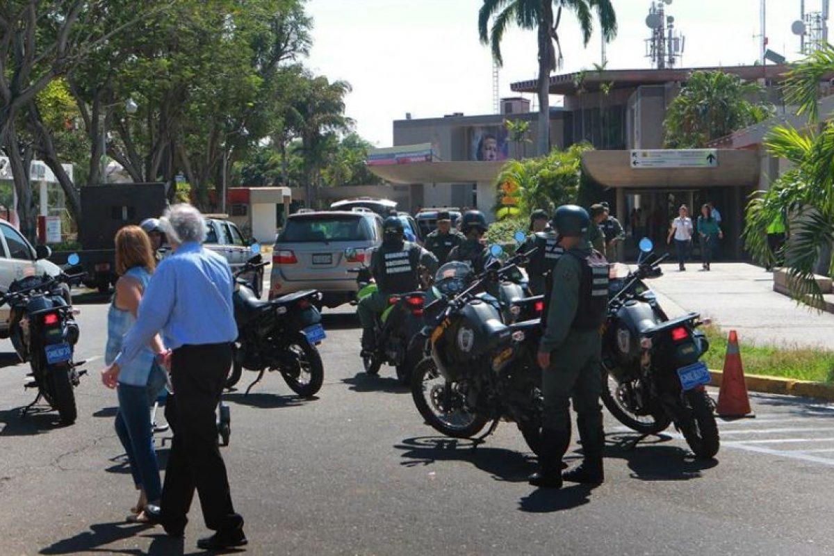"""Miembros de las Fuerzas Armadas Bolivarianas de Venezuela cortan el tránsito en la salida del aeropuerto internacional """"La Chinita"""" de Maracaibo. Foto:Efe. Imagen Por:"""