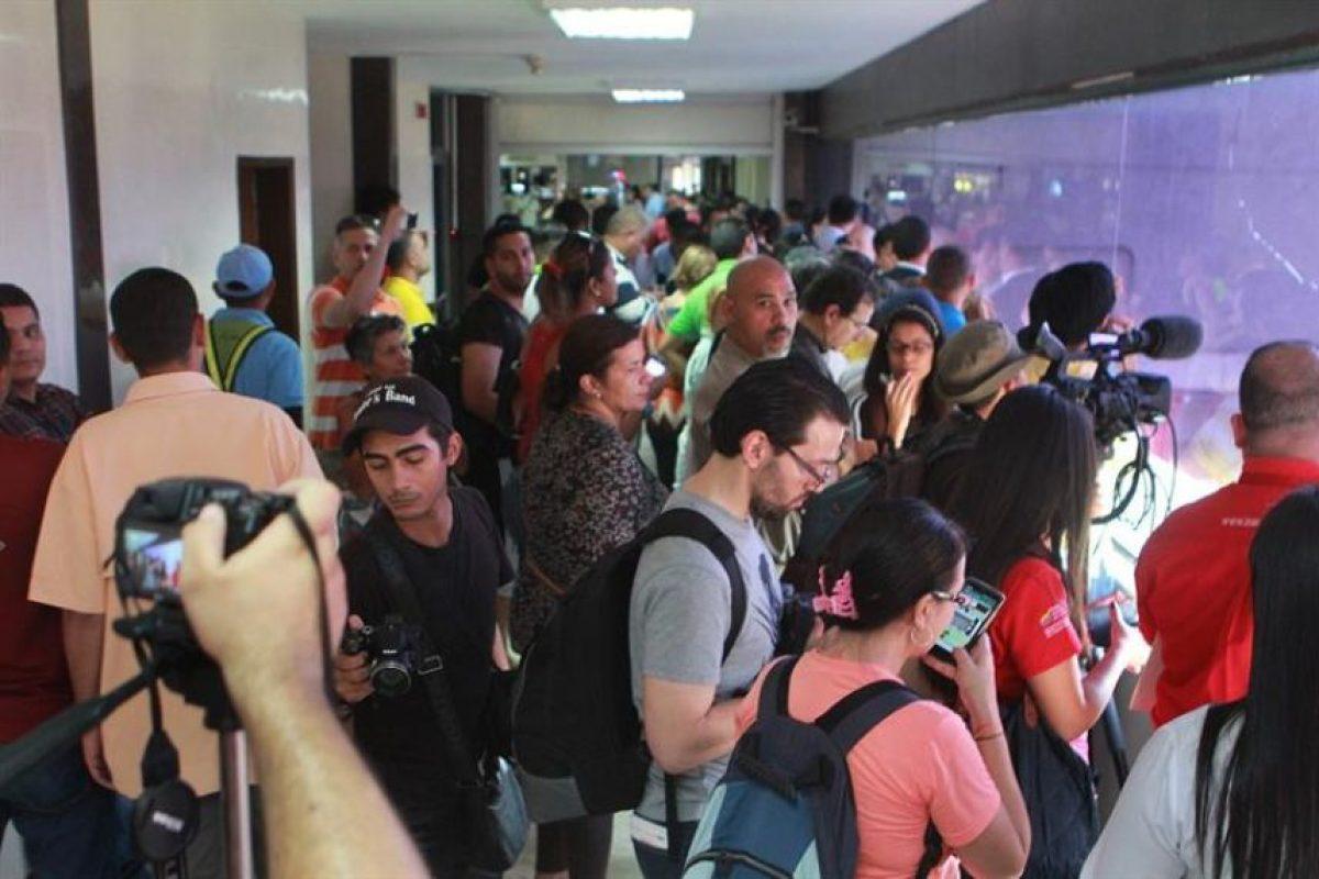 Periodistas esperando el arribo de Manuel Rosales. Foto:Efe. Imagen Por:
