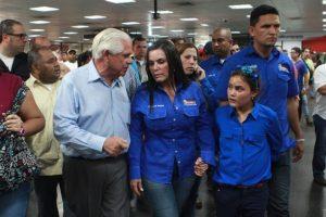 """Manuel Rosales, junto a su esposa al llegar al aeropuerto internacional """"La Chinita"""" de Maracaibo. Foto:Efe. Imagen Por:"""