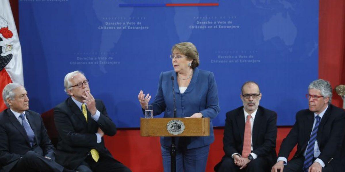 Bachelet firma proyecto que regula voto de chilenos en el exterior