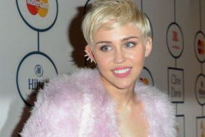 Miley Cyrus le dijo a la revista Rolling Stone que una vez fumó hierba con un peyote. Foto:vía Getty Images. Imagen Por: