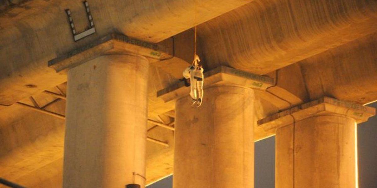 Hallan cadáver colgado de un puente en la capital de México